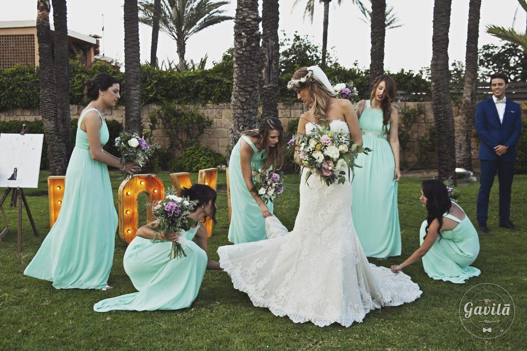 Damas de honor junto a la novia
