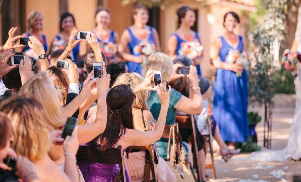 móviles-durante-ceremonia-de-boda