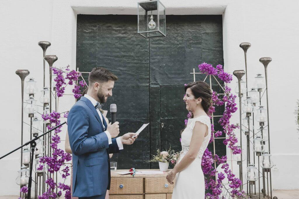 Novio leyendo sus votos matrimoniales