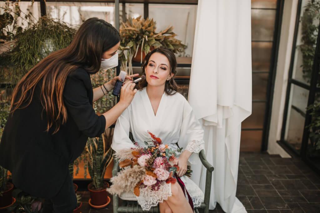 novia maquillándose